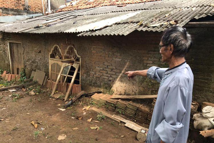 Maksum (61), warga RW 007 Kelurahan Rawajati, Pancoran, Jakarta Selatan, menunjukkan rumah tetangganya yang tertutup lumpur akibat banjir, Senin (14/6/2021) siang. Rumah itu sudah ditinggal penghuninya.