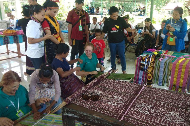Dosen asal Melbourne Polytechnic, Australia, masing-masing Catherine Kirk (Kanan) dan Kim Christine Jacobson (Kiri), sedang belajar cara menenun kain tradisional asal Nusa Tenggara Timur (NTT), Kamis (18/4/2019).