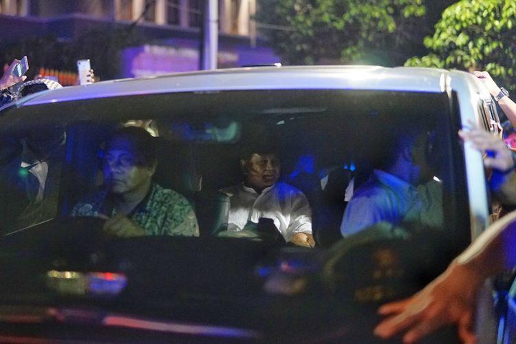 Calon presiden nomor urut 02 Prabowo Subianto dijadwalkan melayat ke kediaman almarhum Ustaz Arifin Ilham di kompleks Pondok Pesantren (Ponpes) Az-Zikra, Gunung Sindur, Kabupaten Bogor, Jawa Barat, Jumat (24/5/2019) malam.  Kendaraan yang digunakan Prabowo dan rombongannya bertolak dari Kertanegara sekitar pukul 21.27 WIB.  Ketua Umum Partai Gerindra itu tampak mengenakan baju koko berwarna putih dan memakai peci berwarna hitam.