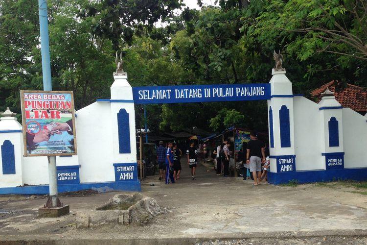 Gerbang wisata Pulau Panjang. Jika masuk ini, wisatawan dikenakan retribusi Rp. 5 ribu.