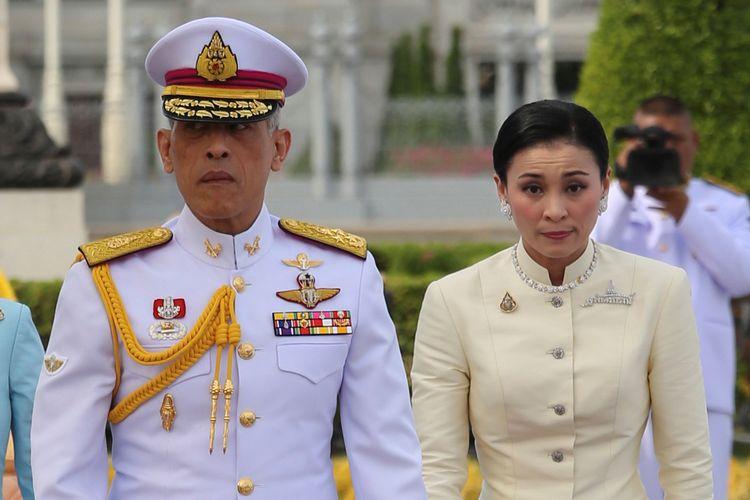 Raja Thailand Maha Vajiralongkorn dan Permaisuri Ratu Suthida meninggalkan tempat berisi Patung Raja Rama V setelah memberikan penghormatan jelang upacara penobatannya di Bangkok pada Kamis (2/5/2019).