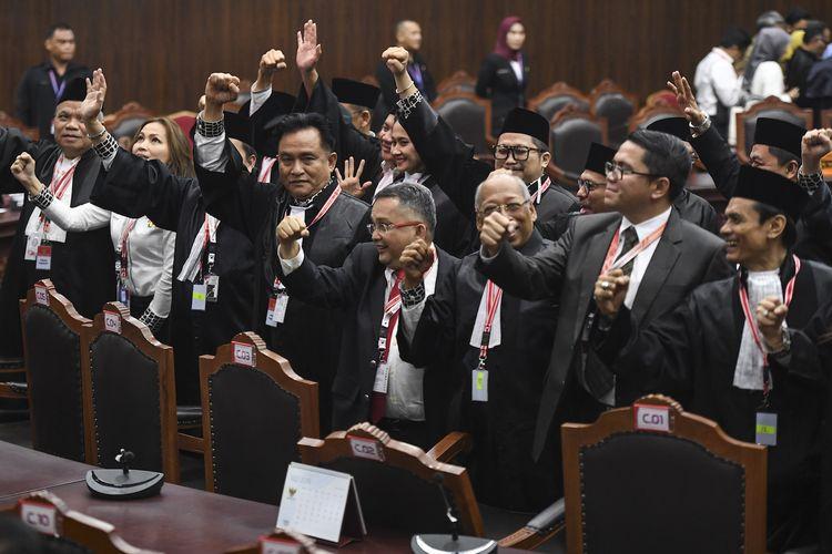 Tim kuasa hukum pasangan Calon Presiden dan Calon Wakil Presiden nomor urut 01 selaku pihak terkait meluapkan kegembiraan seusai sidang Perselisihan Hasil Pemilihan Umum (PHPU) Presiden dan Wakil Presiden 2019 di Gedung Mahkamah Konstitusi, Jakarta, Kamis (27/6/2019). Majelis Hakim MK menolak seluruh permohonan dari tim hukum pasangan Calon Presiden dan Calon Wakil Presiden nomor urut 02 atau pihak pemohon. ANTARA FOTO/Hafidz Mubarak/aww.