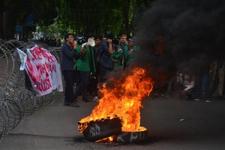 Seorang massa aksi dari Aliansi HMI Komisariat Bersatu membacakan puisi saat berunjuk rasa di depan DPRD Sumut, Kamis (23/5/2019). Dalam aksinya mereka menyampaikan 8 tuntutan.