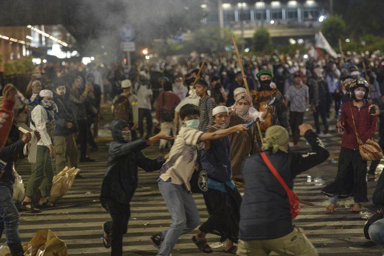 Sejumlah massa Aksi 22 Mei terlibat kericuhan di depan gedung Bawaslu, Jakarta, Rabu (22/5/209). Aksi unjuk rasa itu dilakukan menyikapi putusan hasil rekapitulasi nasional Pemilu serentak 2019. ANTARA FOTO/Nova Wahyudi/wsj.