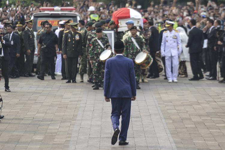 Presiden Joko Widodo berjalan menuju Prajurit TNI yang membawa peti jenazah Ibu Negara periode 2004-2014 Ani Yudhoyono saat tiba di Taman Makam Pahlawan Nasional Utama (TMP) Kalibata, Jakarta, Minggu (2/6/2019). ANTARA FOTO/Nova Wahyudi/hp.