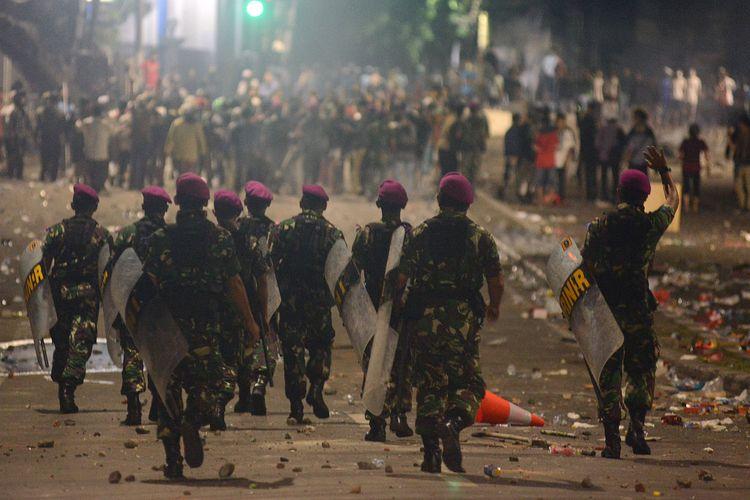 Sejumlah prajurit Korps Marinir TNI AL berjalan mendatangi massa aksi 22 Mei di Jalan Brigjen Katamso, Jakarta, Rabu (22/5/2019). ANTARA FOTO/M RISYAL HIDAYAT/wsj.
