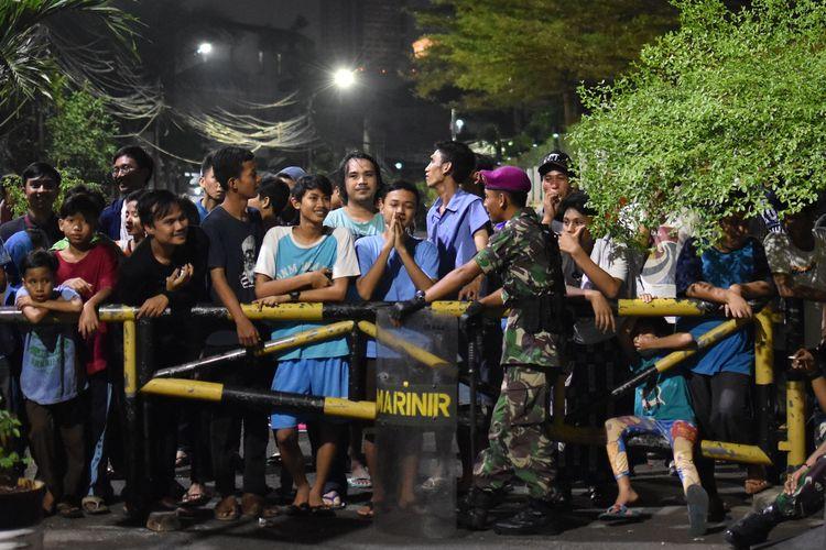 Sejumlah warga berjaga di pintu akses masuk kampung mereka di Slipi, Jakarta Barat, Rabu (22/5/2019) malam. Mereka berjaga agar oknum pengunjuk rasa yang terlibat kericuhan di Slipi tidak memasuki kampung mereka. ANTARA FOTO/Aditya Pradana Putra/WSJ.