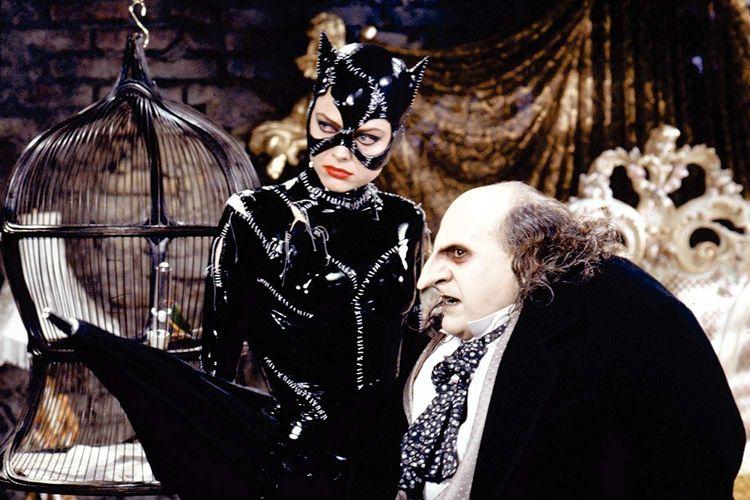 Aktris Michelle Pfeiffer berperan sebagai Catwoman dan Danny DeVito sebagai Penguin dalam film Batman Returns karya sutradara Tim Burton.