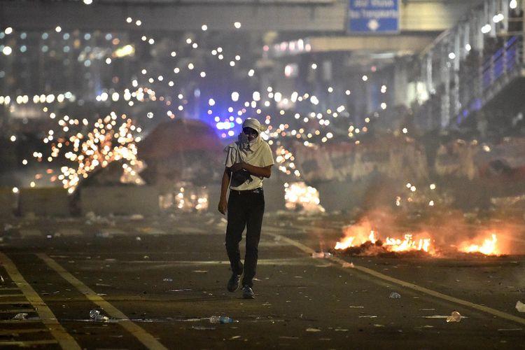 Massa aksi bentrok dengan polisi di Jalan MH Thamrin, Jakarta, Rabu (22/5/2019). ANTARA FOTO/Prasetyo Utomo/wsj.