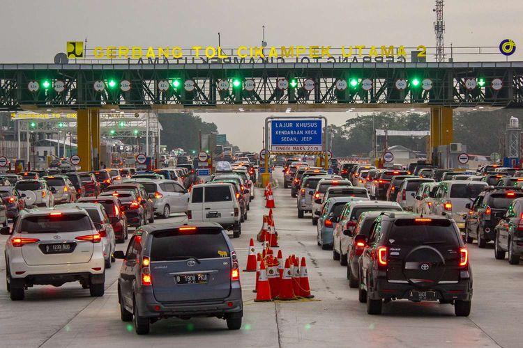 Petugas mengatur lalu lintas kendaraan di ruas jalan tol Cikampek Utama KM 70, Purwakarta, Jawa Barat, Jumat (7/6/2019). PT Jasa Marga (Persereo) Tbk memberlakukan sistem satu arah (one way) sejak pukul 14:05 WIB untuk kendaraan dari arah Jawa Tengah menuju Jakarta yang dimulai dari gerbang tol Kalikangkung KM 414 hingga gerbang tol Cikampek Utama KM 70 yang rencananya akan diberlakukan hingga Minggu (9/6/2019).