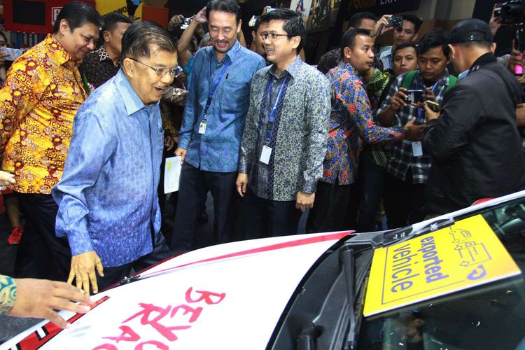 Wakil Presiden Jusuf Kalla (tengah) didampingi Menteri Perindustrian Airlangga Hartarto (kiri) melihat produk terbaru mobil Toyota usai membuka GAIKINDO Indonesia International Auto Show (GIIAS) ke- 27 tahun 2019 di ICE BSD, Tangerang, Banten, Kamis (18/9/2019). GIIAS 2019 yang akan berlangsung 18 - 28 Juli 2019 tersebut mengusung tema Future In Motion yang diikuti 20 merek kendaraan penumpang, 10 merek kendaraan komersial dan karoseri serta 12 merek sepeda motor.