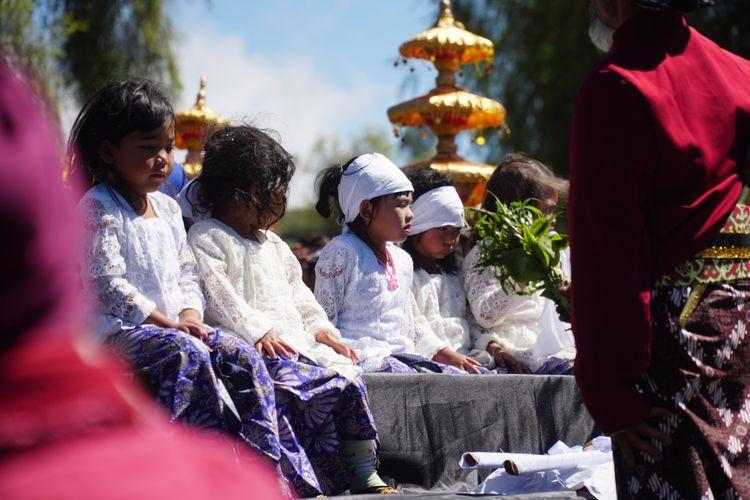 Kayang Ayuningtiyas Nugroho (tengah) sebelum menjalani ritual potong rambut gembel, Minggu (4/8/2019).