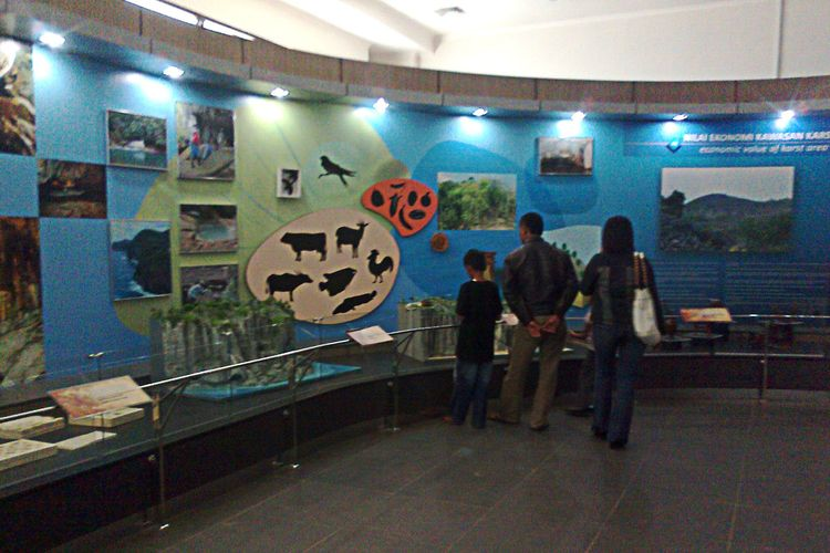 Pengunjung melihat koleksi Museum Karst