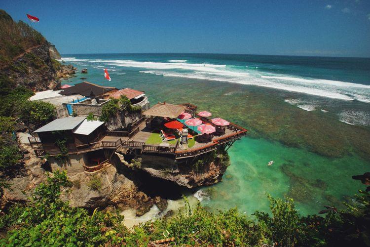 Pantai Suluban berada di bawah tebing.