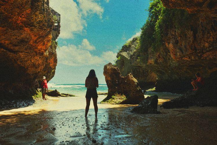 Merasakan Sensasi Wisata Pantai di Dalam Goa