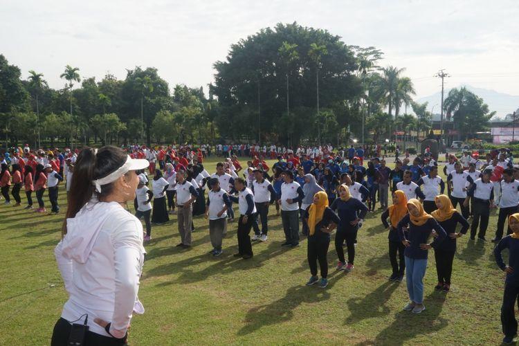 Para buruh, pengusaha dan unsur pemerintah menggelar senam massal untuk merayakan Hari Buruh Internasional di halaman Pemda Magelang, Rabu (1/5/2019).