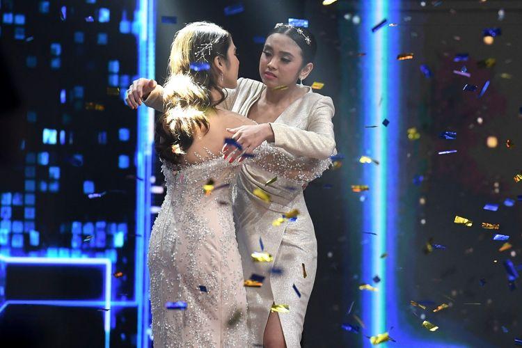 Grand finalis Indonesian Idol Lyodra (kanan) dan Tiara berpelukan sesaat setelah pembacaan hasil voting pada Result and Reunion Show Indonesian Idol X di Studio RCTI, Jakarta, Selasa (3/3/2020) dini hari. Lyodra menjadi juara Indonesian Idol X.