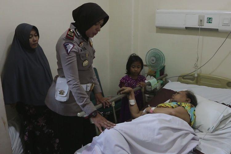 Kasat Lantas Polres Majalengka AKP Atik Suswanti, bersama rombongan menjenguk korban di Rumah Sakit Mitra Plumbon Cirebon, Selasa, (18/6/2019). Hingga Selasa siang, masih ada 14 korban yang masih dirawat di RS Mitra Plumbon Cirebon, dan 2 korban dirawat di RS Cideres Majalengka.