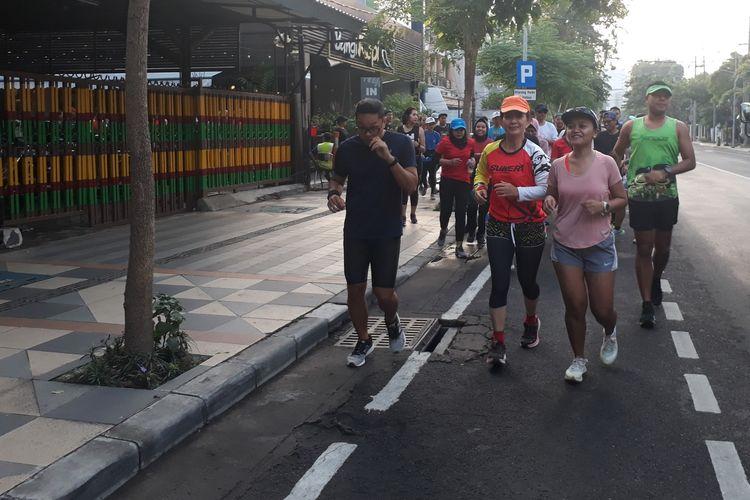 Komunitas pelari di Surabaya mengikuti The Tour Borobudur Marathon 2019 yang digelar di Bangi Kopi, Jalan Wali Kota Mustajab, Surabaya, Sabtu (27/4/2019).