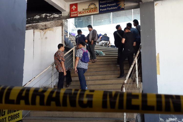 Tim Labfor Polda Jawa Timur saat melakukan olah TKP kasus mutilasi terhadap tubuh wanita di lantai 2 Pasar Besar Kota Malang, Kamis (16/5/2019)