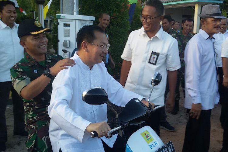 Wakil Bupati Belitung, Isyak Meirobie saat menggunakan motor listrik di Pulau Seliu, Rabu (22/5/2019).