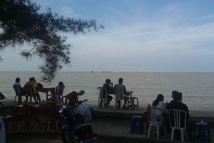 Pengunjung menikmati suasana di Pantai Pasir Padi, Pangkal Pinang, Kepulauan Bangka Belitung, Kamis (6/6/2019) sore.