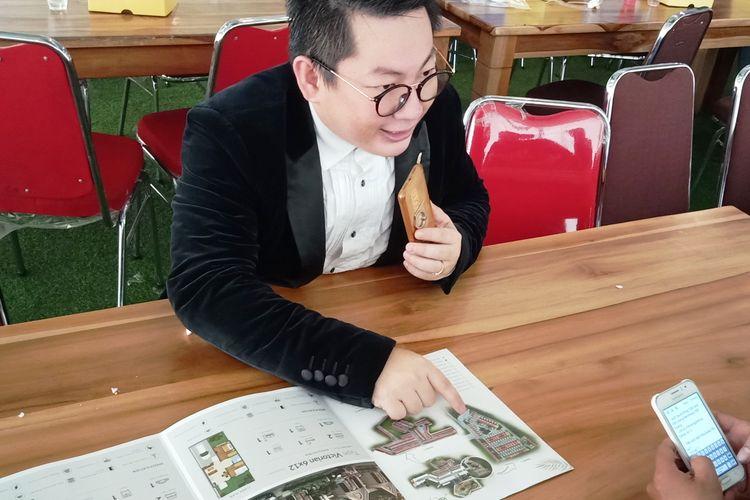 Jonson Lim, Chief Executive Officer Jadeland Property Group menunjukkan denah Sunlake City yang sudah dibuka tahap satu dan duanya, Senin (29/4/2019)