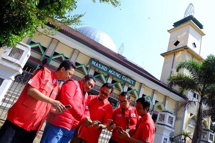 GM ICT Operation Regional Jabar Telkomsel Ardhiono Trilaksono (Kedua Kiri) bersama team Jelajah RAFI Telkomsel Jabar 2019, melakukan pengecekan jaringan di 3 jalur utama mudik di wilayah  Jawa Barat. Tiga Jalur tersebut adalah Jalur Pantai Utara (Pantura), Jalur Pantai Selatan (Pansela) hingga kawasan wisata Puncak yang diprediksi akan mengalami peningkatan dan lonjakan trafik jelang Lebaran 1440 H.