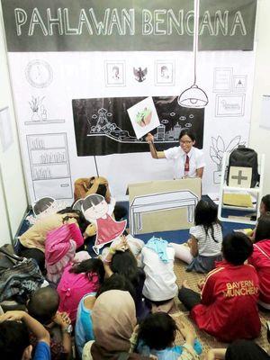 Sejumlah anak menyimak dongeng tentang pengetahuan bencana alam di stan Sadagori Response Team saat digelar Festival Anak Bertanya 2016 di Sasana Budaya Ganesha, Institut Teknologi Bandung (ITB), Bandung, Jawa Barat, Minggu (29/5/2015). Metode dongeng interaktif mengenai pengetahuan bencana alam beserta upaya penanganannya ini menjadi salah satu media penyampaian yang efektif untuk mitigasi bencana kepada anak-anak sejak dini. Upaya menumbuhkan kesadaran mitigasi bencana melalui dongeng yang diwariskan leluhur dan budaya lisan masyarakat Simeulue di Aceh telah terbukti mampu meminimalkan jumlah korban dalam bencana tsunami pada tahun 2004.