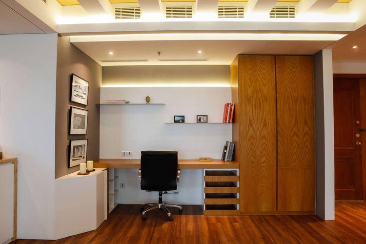 Ruang kerja yang nyaman di Pavilion Apartement di KH Mas Mansyur, karya Design Intervention.