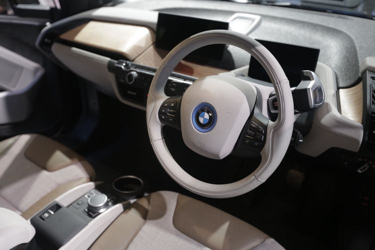 Interior mobil listrik BMW i3s dipamerkan saat acara Gaikindo Indonesia Internasional Auto Show (GIIAS) 2019 di Indonesia Convention Exebition (ICE) BSD, Serpong, Tangerang, Banten, Kamis (18/7/2019). BMW i3s hadir dengan motor listrik bertenaga 184 tk dengan torsi 270 Nm. Mobil baru ini dapat melesat dari diam hingga 100 kilometer per jam dalam waktu 6,9 detik.