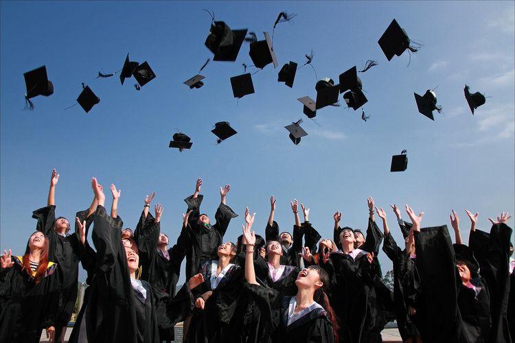 Ilustrasi mahasiswa lulus.