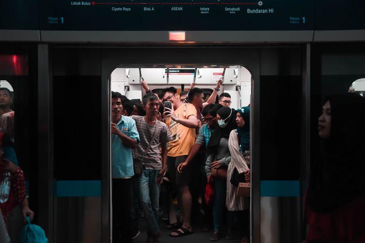 Ilustrasi naik kereta di Jakarta.
