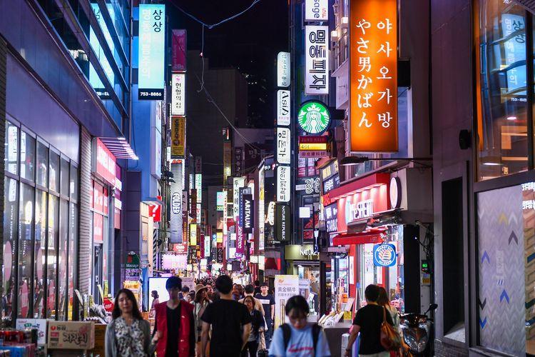 Myeong-dong, salah satu kawasan utama wisata belanja di Seoul, Korea Selatan. Gambar diambil pada 24 April 2019.