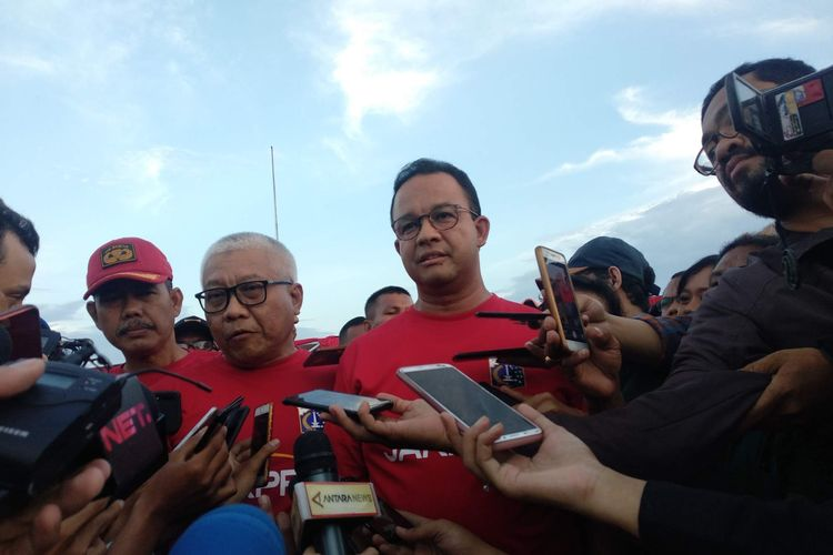 Direktur PT Jakarta Propertindo Dwi Wahyu Daryoto dan Gubernur DKI Jakarta Anies Baswedan usai acara kick off pembangunan Jakarta International Stadium, Jakarta Utara, Kamis (14/3/2019).