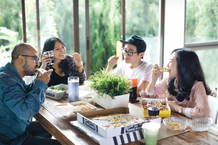 ilustrasi makan bersama teman