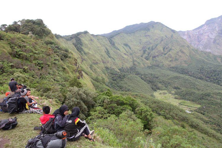 Pengunjung sedang duduk melepas lelah sembaru menikmati pemandangan Lembah Ramma, di kaki Gunung Bawakaraeng, 29-01-2015. Sejak beberapa tahun terakhir, pesona Lembah Ramma menjadi salah satu daya tarik yang membuat orang berkunjung.