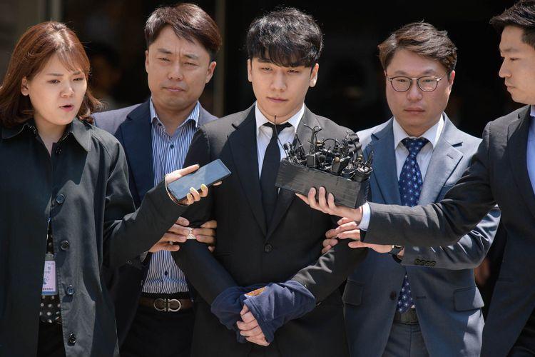 Mantan member BIGBANG Seungri (Lee Seung-hyun) keluar dari gedung Pengadilan Tinggi di Seoul dengan tangan diborgol, Selasa (14/5/2019). Ia menghadapi tuduhan penggelapan dan penyediaan prostitusi.