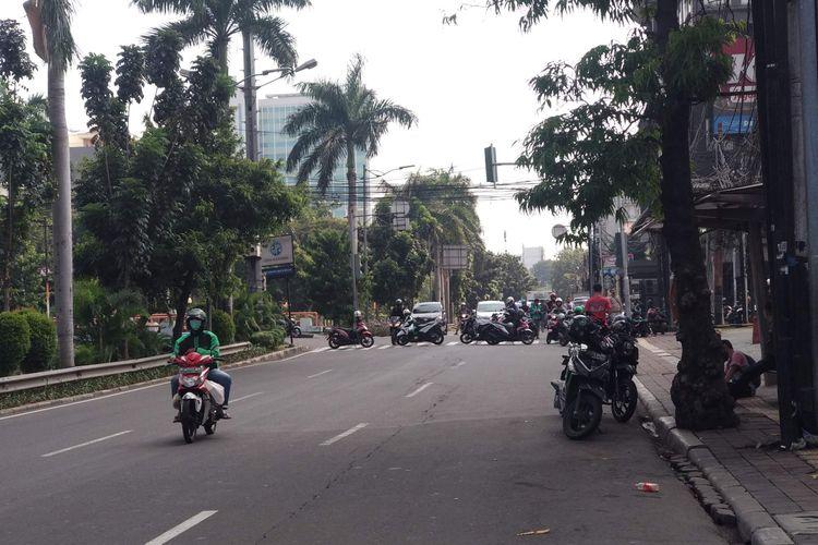 Jalan Cideng Timur ke arah Tanah Abang ditutup warga, Rabu (22/5/2019).