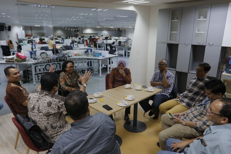 Wali Kota Surabaya Tri Rismaharini (tengah) saat bertandang ke Menara Kompas, Palmerah, Jakarta, Rabu (31/7/2019).