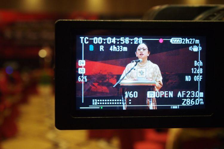 Ketua DPR Puan Maharani dari layar kamera, Kamis (13/2/2020) malam, saat tampil di podium resepsi menjelang penganugerahan gelar doktor honoris causa dari Universitas Diponegoro. Resepsi digelar di Semarang, Jawa Tengah.