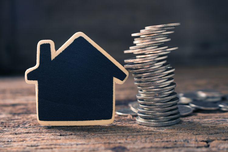Ilustrasi rumah dan kumpulan uang.