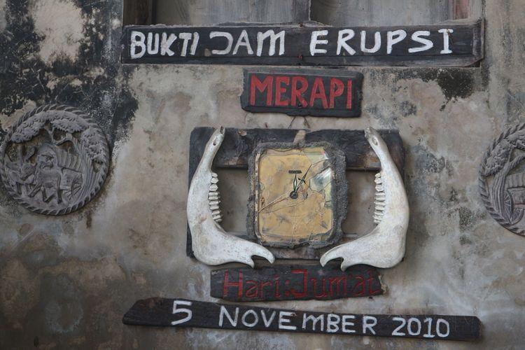 Jam dinding yang meleleh akibat erupsi Gunung Merapi pada 5 November 2010. Jam ini diabadikan di Museum Sisa Hartaku (House of Memory). Gambar diambil pada 24 Agustus 2019.