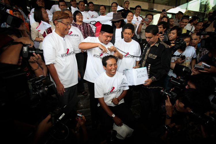 Aktivis Fadjroel Rahman (sedang dipotong rambutnya) bersama delapan tokoh dari berbagai latar belakang profesi yang tergabung dalam Koalisi Masyarakat Sipil anti Korupsi (Kompak) menggunduli rambutnya di Gedung Komisi Pemberantasan Korupsi (KPK), Jakarta, Jumat (9/9/2011). Aksi ini merupakan bentuk sikap mereka atas penanganan kasus korupsi terhadap mantan Bendahara Umum Partai Demokrat, Muhammad Nazaruddin, sekaligus hadiah ulang tahun untuk Presiden Susilo Bambang Yudhoyono.