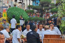Makan Durian di Medan, Jokowi jadi Tontonan Warga