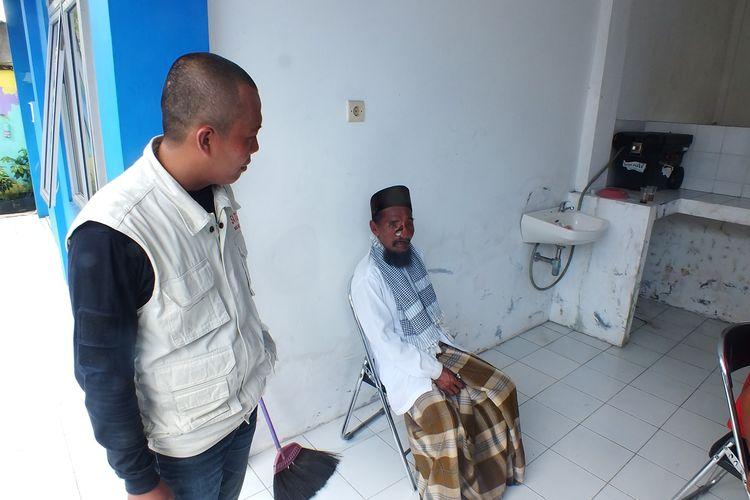 Herman alias Nur (86) saat dibawa ke Kantor Dinas Sosial Kota Bogor untuk dilakukan pendataan, Rabu (20/3/2019). Nur sempat menghebohkan media sosial karena disebut memiliki mobil pribadi karena profesinya sebagai seorang pengemis di Kota Bogor.