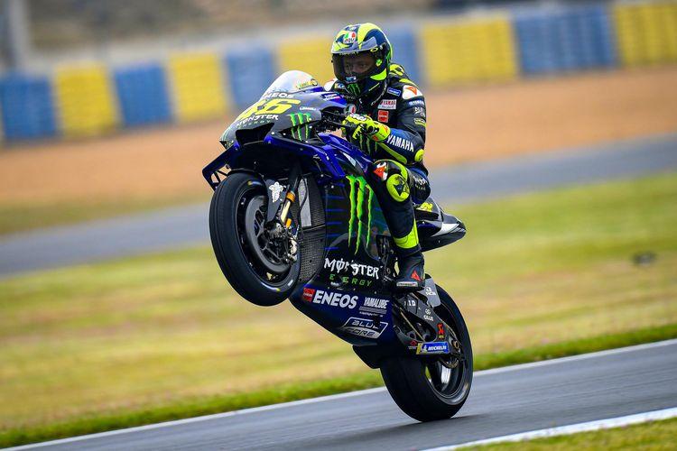 Valentino Rossi melakukan aksi nekat dengan menggunakan ban slick pada kondisi trek yang setengah basah.