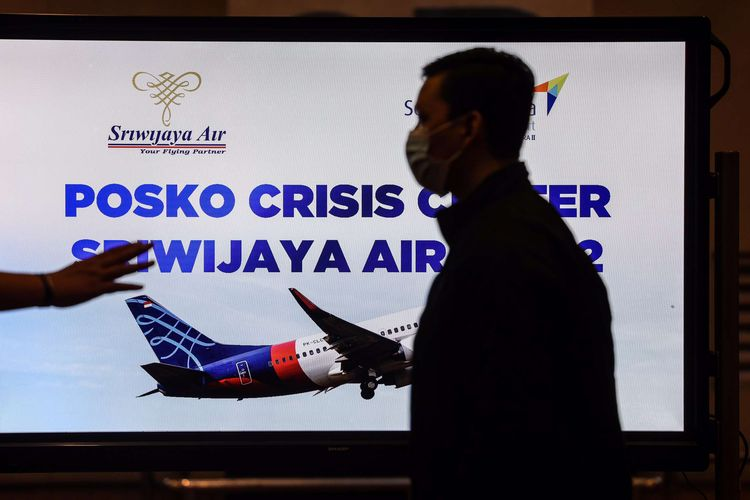Suasana di Posko Crisis Center Sriwijaya Air SJ 182 di Terminal kedatangan 2D, Bandara Soekarno-Hatta, Sabtu (9/1/2020). Pesawat Boeing 737-500 Sriwijaya Air dengan nomor penerbangan SJ182 dilaporkan hilang kontak setelah take off dari Bandara Soekarno-Hatta, Cengkareng, pada Sabtu (9/1/2021) sore.