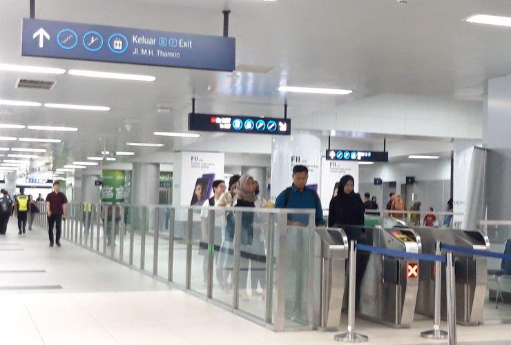 Duduk-duduk di Lantai Stasiun MRT Denda Rp 500.000