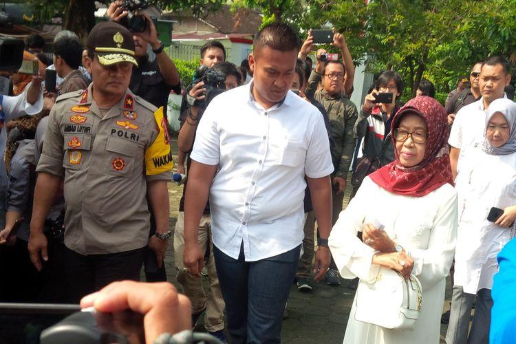 Ibunda calon presiden petahana Joko Widodo (Jokowi), Sujiatmi Notomiharjo tiba di TPS 38 Kelurahan Manahan, Kecamatan Banjarsari, Solo, Jawa Tengah, Rabu (17/4/2019).